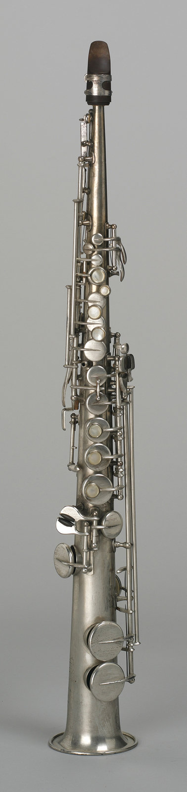 "Sopransaxophon, Adolphe Sax Company, [Although Adolphe Sax is best known for his patent for the Saxophone in 1846 the instrument's importance for the lower voices of military music, he conceived the saxophone family in sizes from sub-contrabass up to soprano. Today, with the sopranino saxophone and the ""Soprillo"", there are two even smaller sizes. The instrument shown here represents the smallest size conceived by Sax himself. While Sax attributed to the saxophones a sound close to bowed string instruments, but much louder, Belioz characterised the sound as penetrating, but without the shrill timbre of small clarinets.], Germanisches Nationalmuseum. Foto: Günther Kühnel, CC BY-NC-SA"