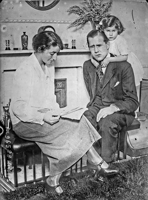 Capitaine Ian Fraser et sa famille [Captain Ian Fraser and his family], 1924, Agence Rol. Agence photographique, Bibliothèque nationale de France, No Copyright - Other Known Legal Restrictions