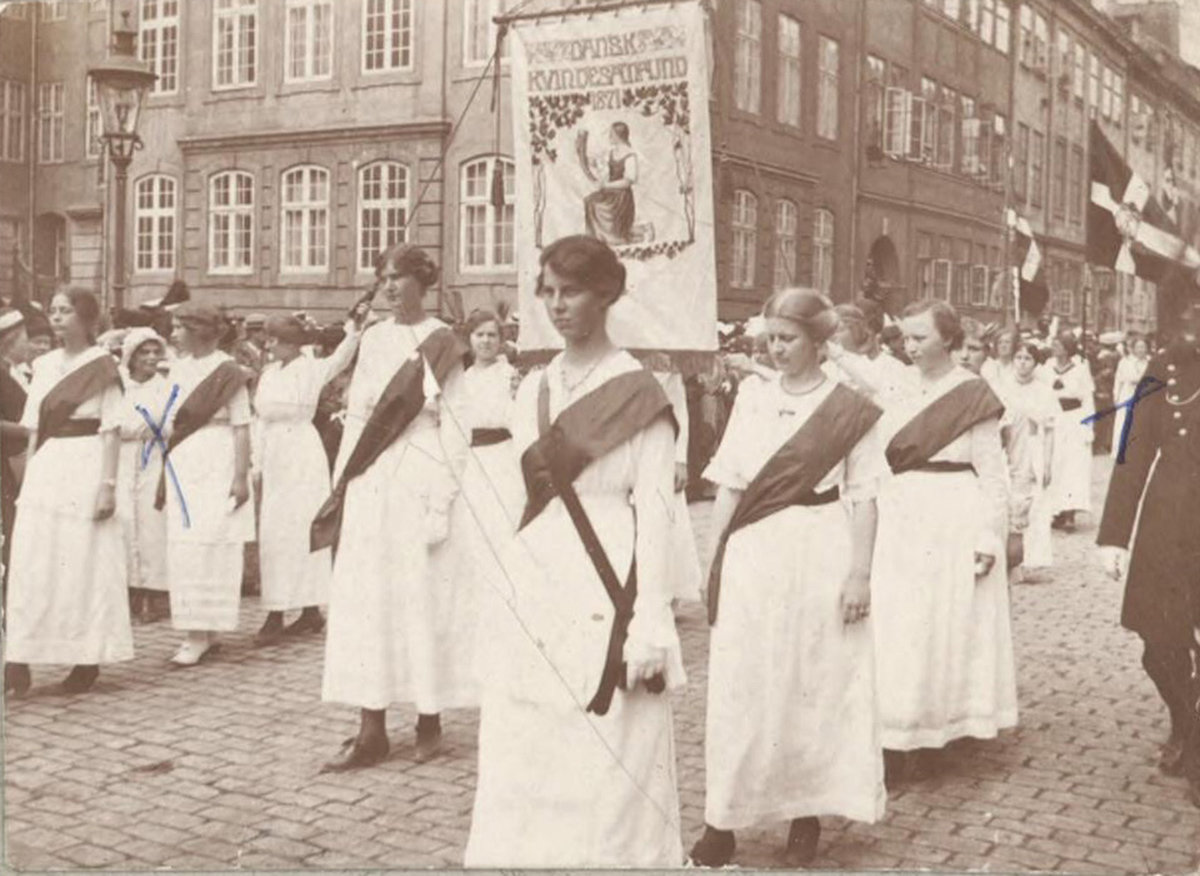 The street as stage: Women are given the right to vote in Denmark in 1915. In most belligerent countries, women's rights remain restricted, Danmark, København, Amalienborg Slotsplads, The Royal Library: The National Library of Denmark and Copenhagen University Library, CC BY-NC-ND