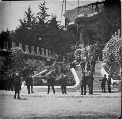 A l'escala del Parc Güell, 1916, Josep Salvany i Blanch, Biblioteca de Catalunya, Public Domain Mark