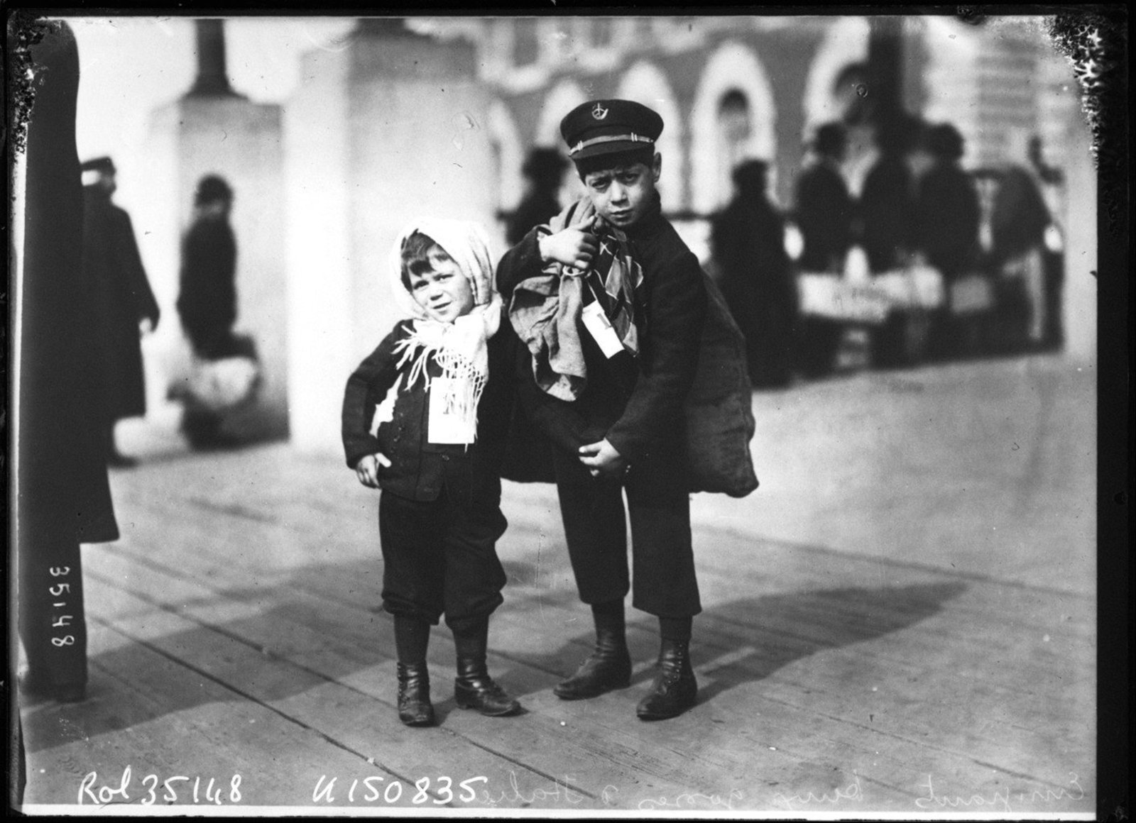 Emigrants [sur Ellis Island], deux gosses d'Italie. (Emigrants [at Ellis Island], two Italian kids), Agence Rol. Agence photographique, Référence bibliographique : Rol, 35148 1913, Public Domain Mark