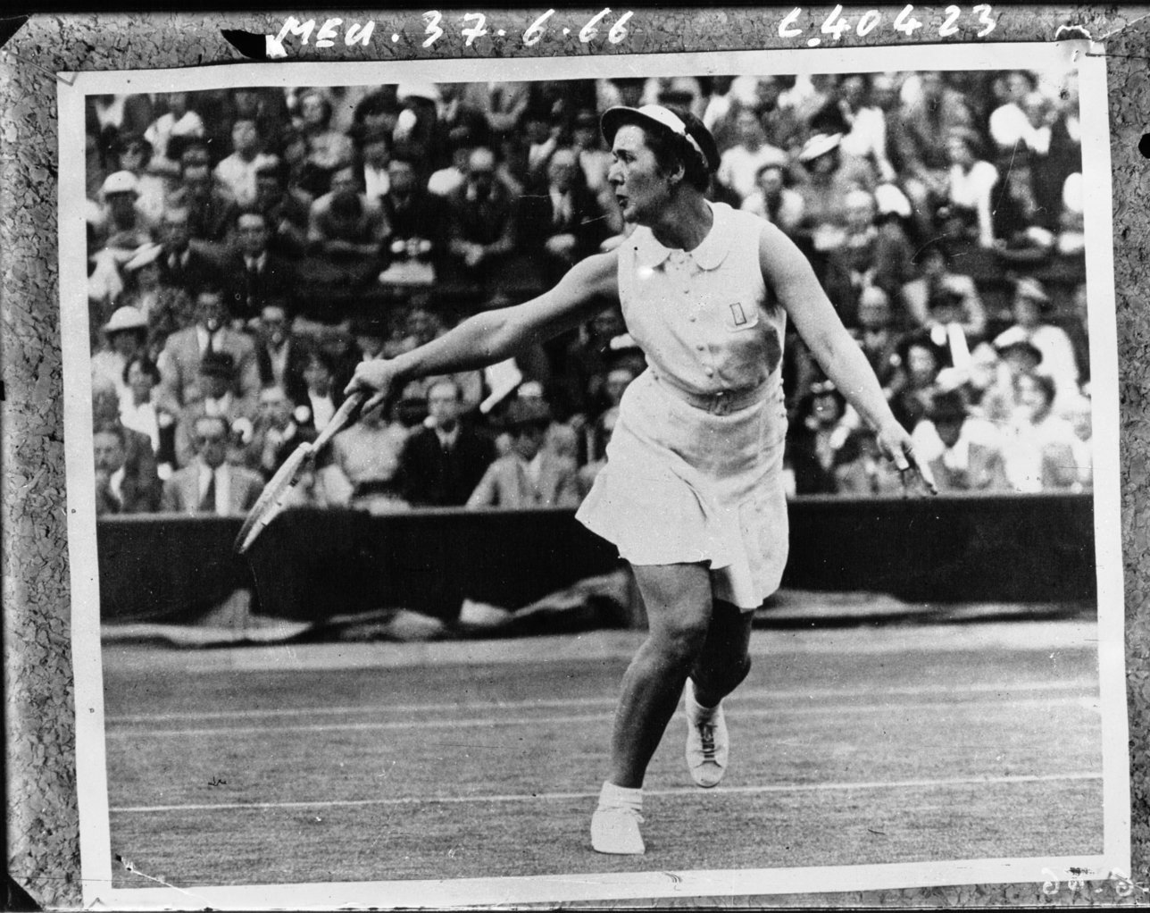 England: International tennis championships in Wimbledon, 5th day; Miss Sanders [?] During her match with Miss Lizana (Chile), 1937, Agence de presse Meurisse, Bibliothèque Nationale de France, Public Domain Mark