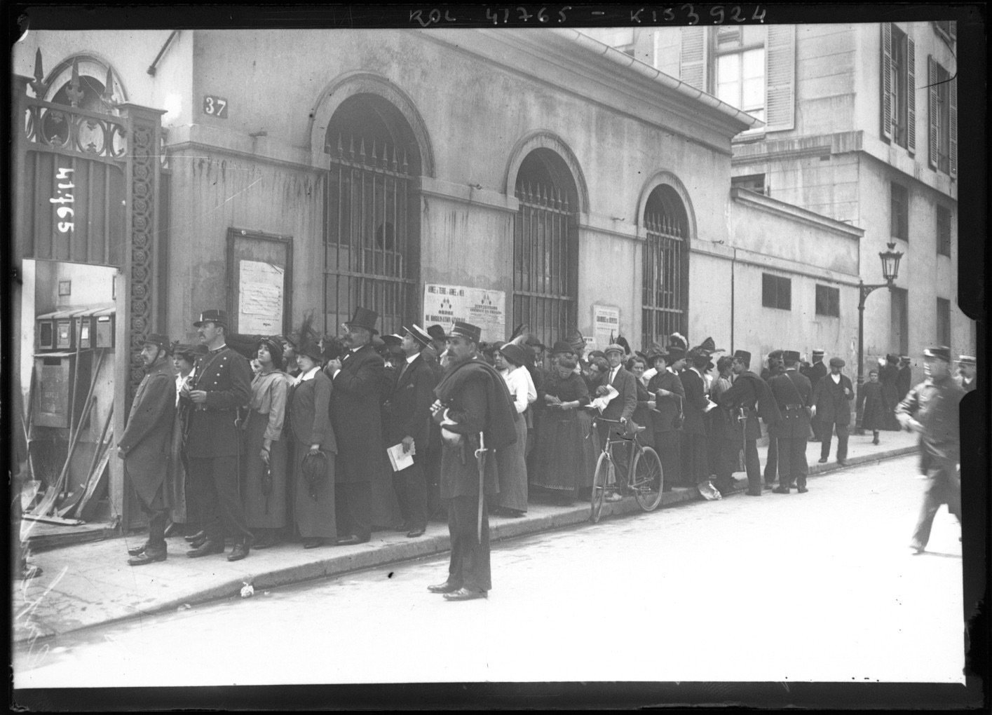 Parents waiting outside a barracks for news of their sons, Agence Rol. Agence photographique 1914-8-11 Paris,  French National Library - Bibliothèque Nationale de France, Public Domain Mark