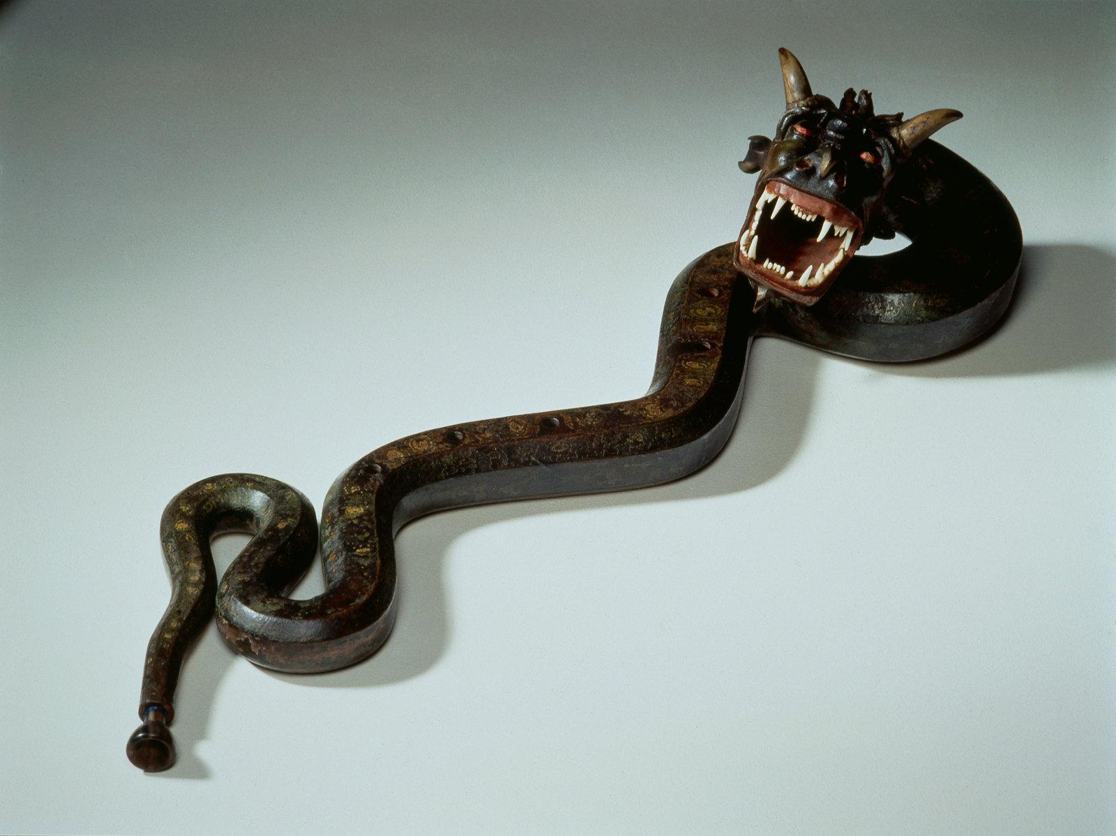 Cornet à bouquin ténor en forme de serpent et à tête de dragon, Albert Giordan, Cité de la musique, CC BY-NC-SA