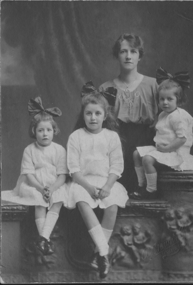 Jean Cavan with her three daughters, app. 1920, Europeana 1914-1918 / Maureen Rogers, CC BY-SA