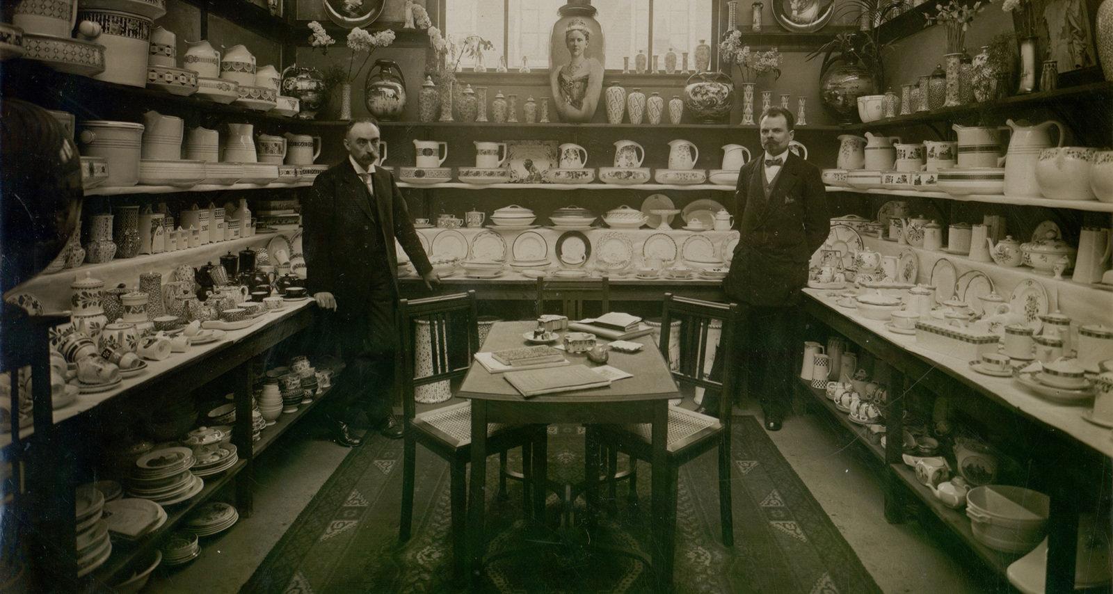 Interior of a showroom, N.V. Vereenigde Fotoburaux, Amsterdam, Historisch centrum Limburg, CC BY-SA