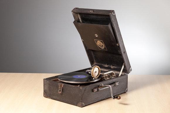Patafons, J.Viesturs; Latvijas Mūzikas Instrumentu fabrika. Locally-made record player produced by the Latvian Music Instrument factory in Riga. 1929, Latvijas Nacionālā bibliotēka, CC BY-SA