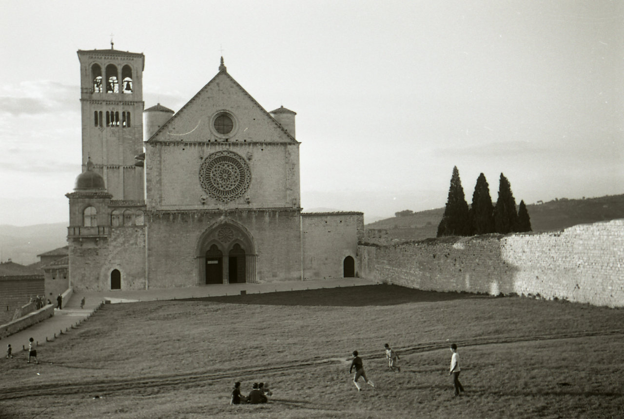 Cloister and upper church of San Francesco, Assisi, 1967, Paolo Monti, Fondazione Biblioteca Europea di Informazione e Cultura (BEIC), CC BY-SA