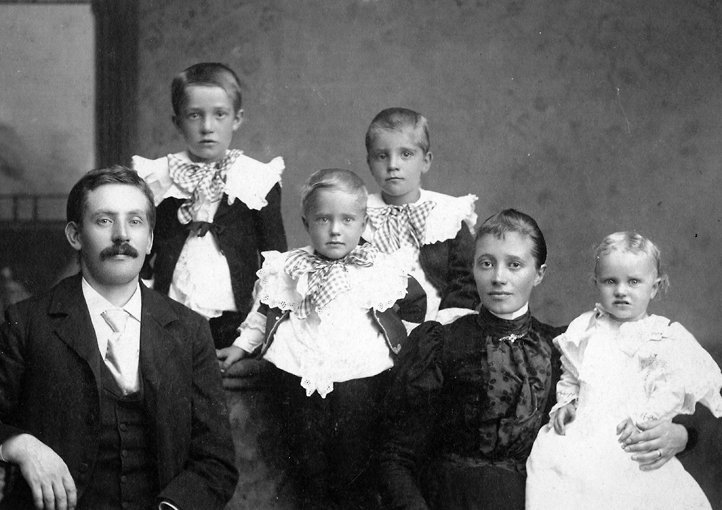 Frank Otto Skeppstedt and family in the United States, c. 1910, Unknown, Sörmlands Museum, CC BY-SA