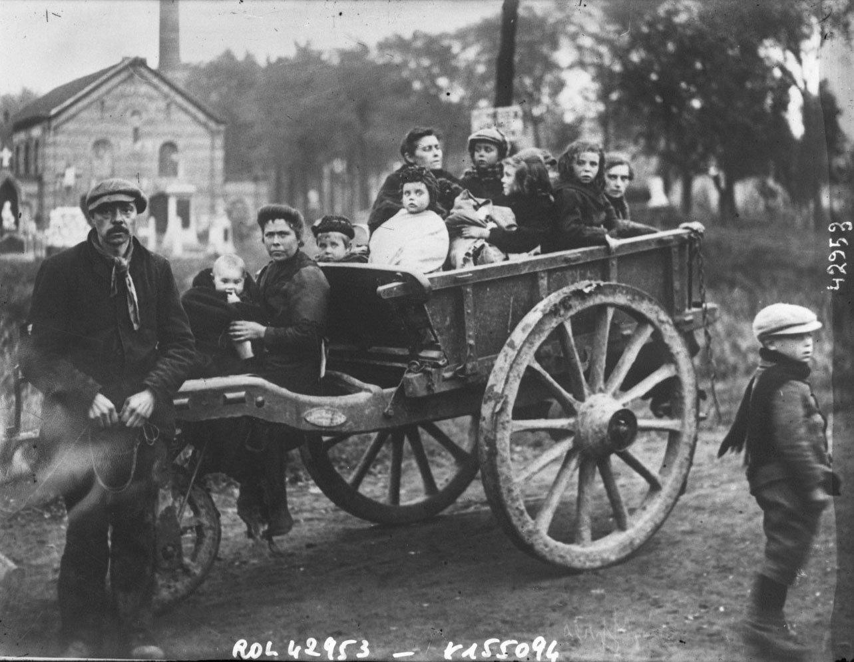 Réfugiés belges [Belgian refugees in a cart], Agence Rol. Agence photographique, Bibliothèque nationale de France, No Copyright - Other Known Legal Restrictions