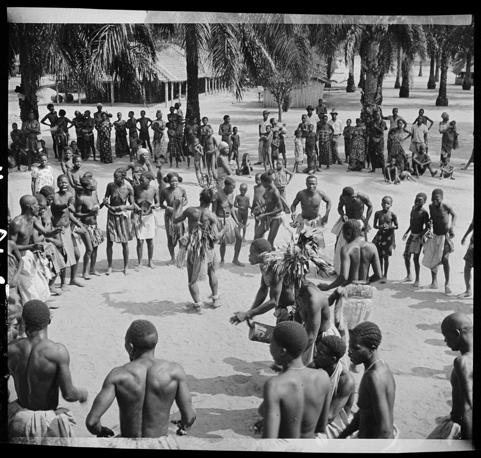 Percussionnistes et danseurs, Ewo (Moyen-Congo), André Didier, CNRS-CREM, CC BY-NC-ND