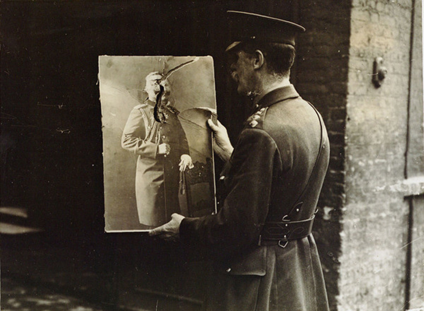Ending or new beginning? British soldier with a destroyed portrait of the German Emperor, 1918, 1918, Istituto centrale per il catalogo unico, In Copyright