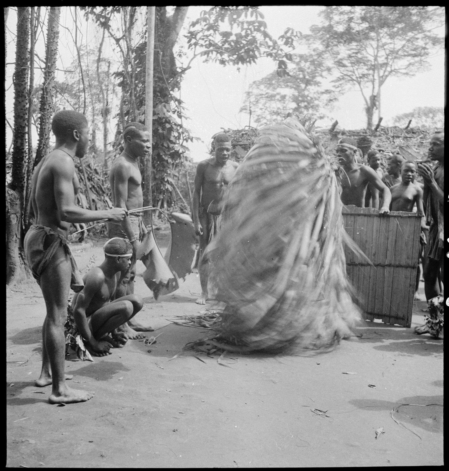 La cérémonie 'Edzingi', Bangombé (Moyen-Congo), André Didier, CNRS-CREM, CC BY-NC-ND