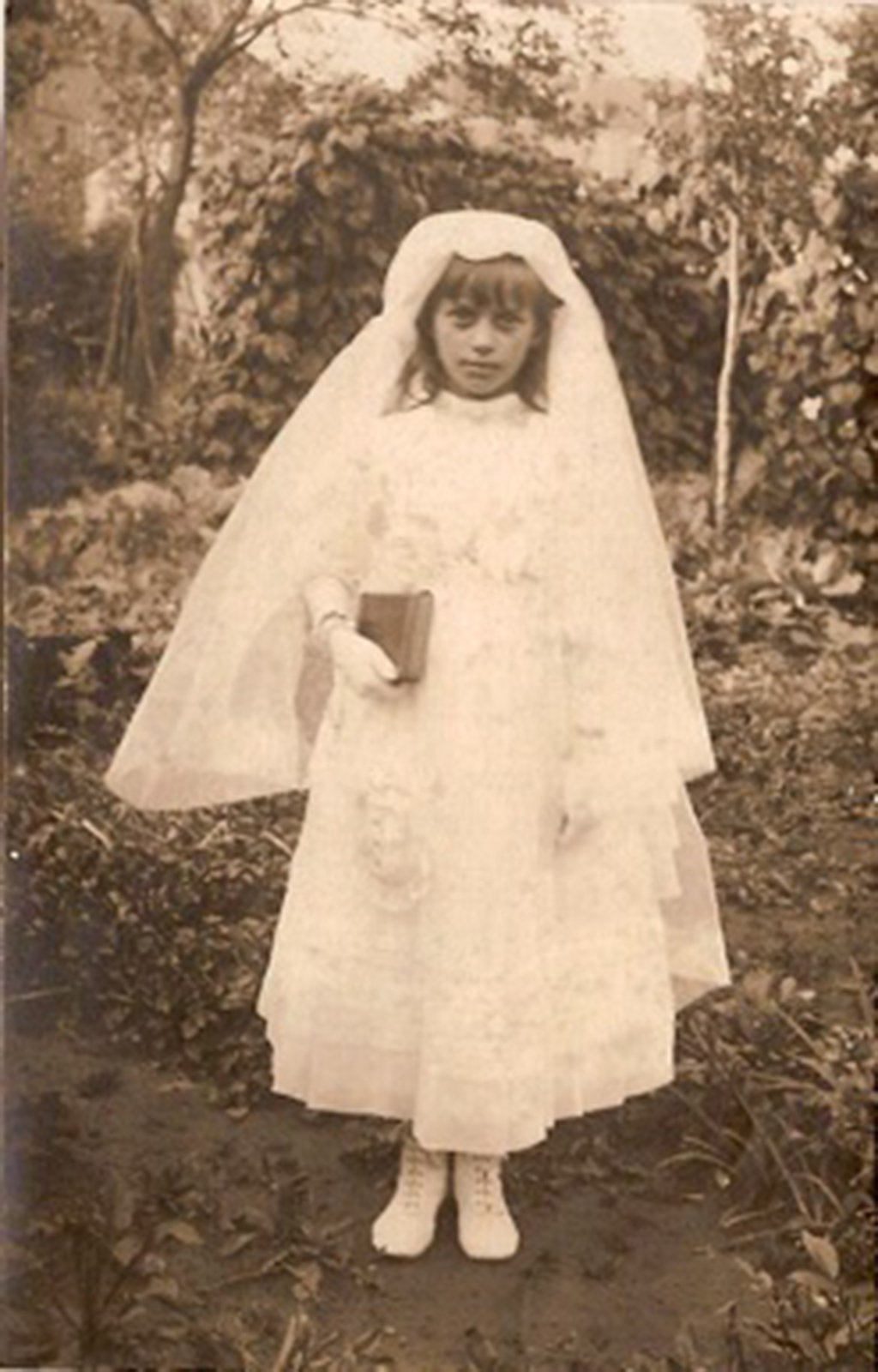 Maria Wagener dressed in a First Communion gown, 1917, Europeana 1914-1918 / Irmine Thelen, CC BY-SA