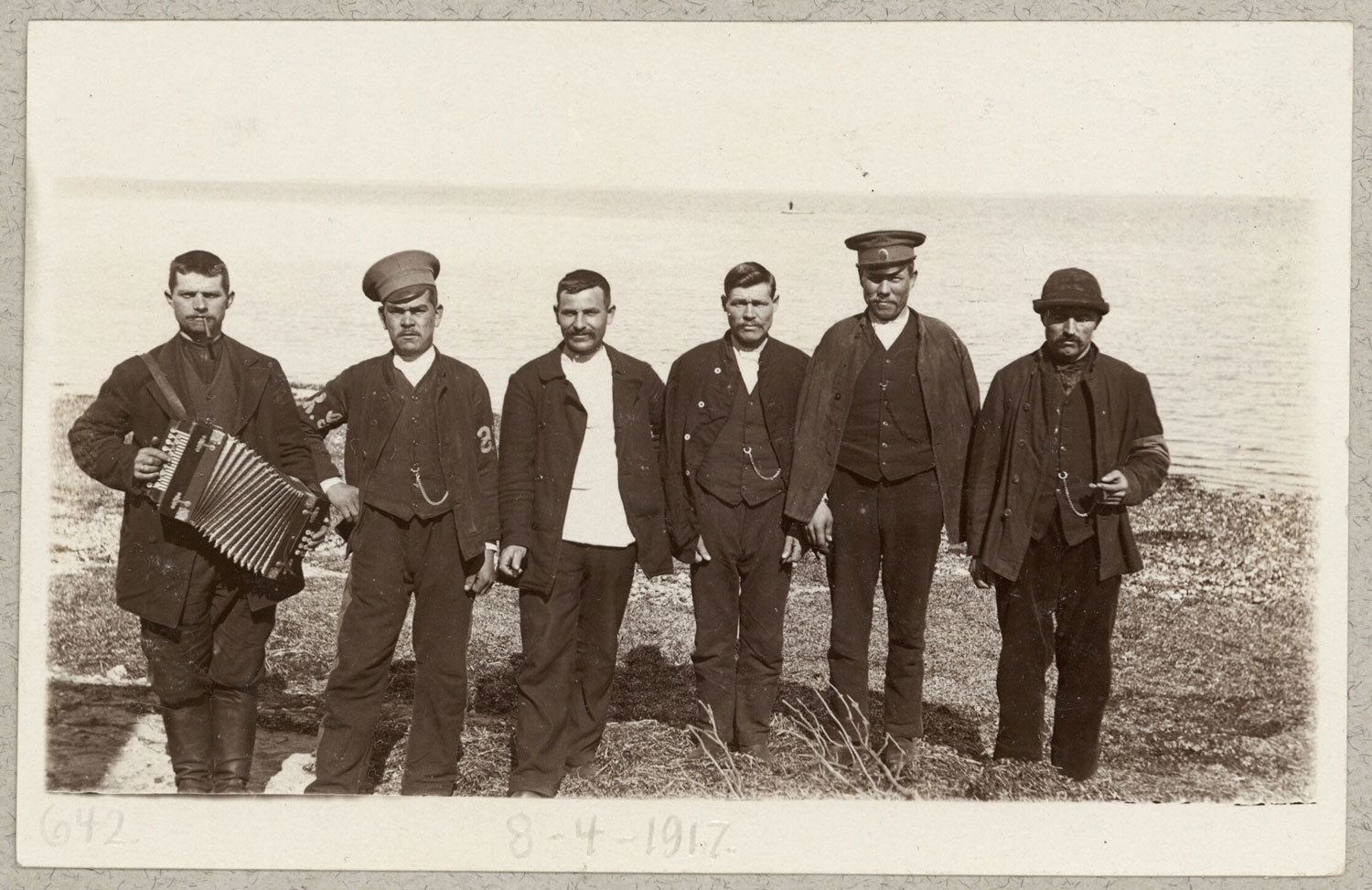 Russiske krigsfanger med harmonika [Russian prisoners of war with harmonica], 1917, unknown photographer, National Library of Denmark, CC BY-NC-ND