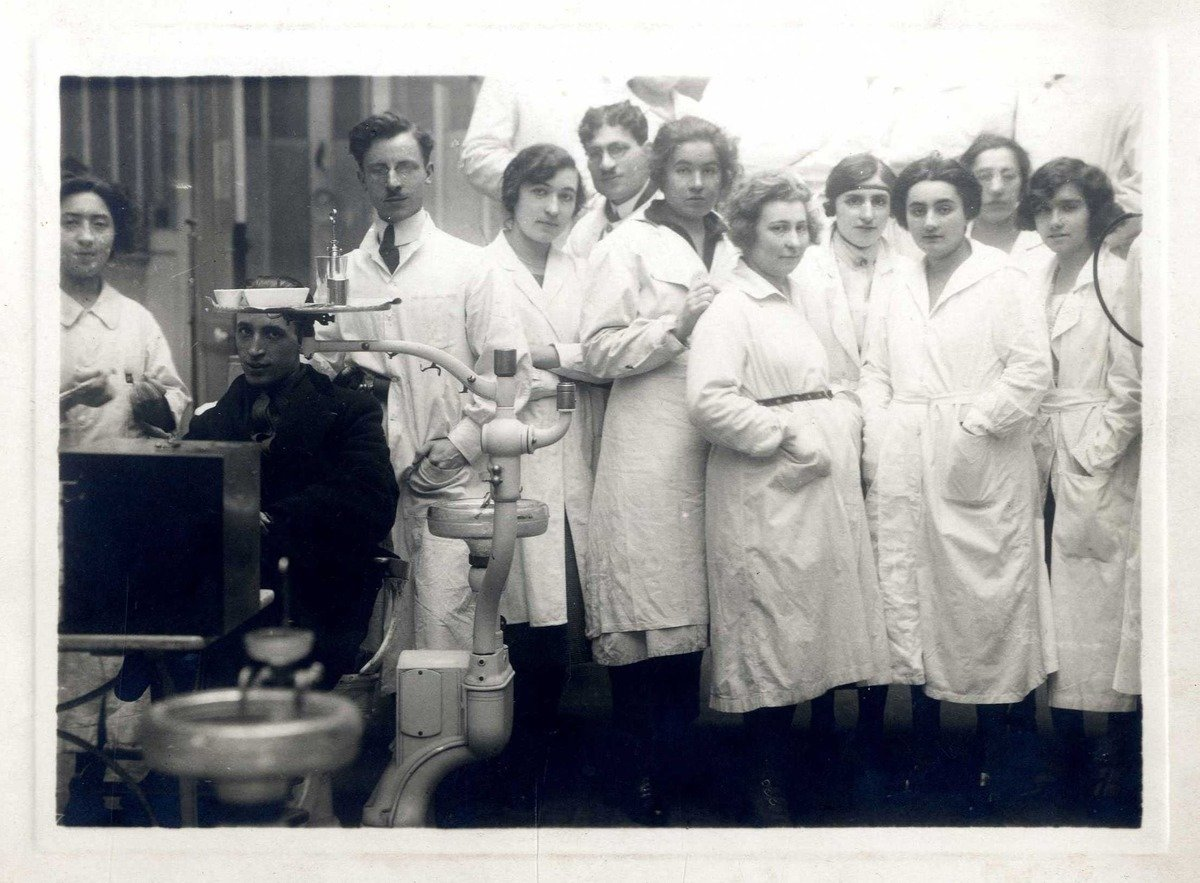 Dentists and nurses with a patient in a French hospital in Thessaloniki, 1916 Thessaloniki, Narodna biblioteka Srbije - National Library of Serbia (NLS), In Copyright