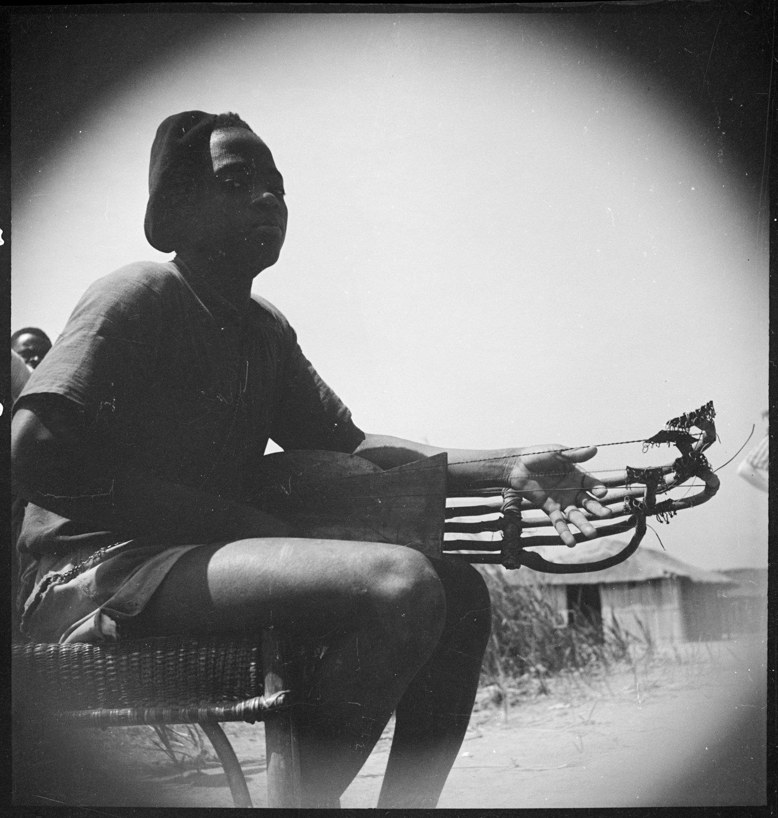 Un joueur de pluriarc, Djambala (Moyen-Congo), André Didier, CNRS-CREM, CC BY-NC-ND