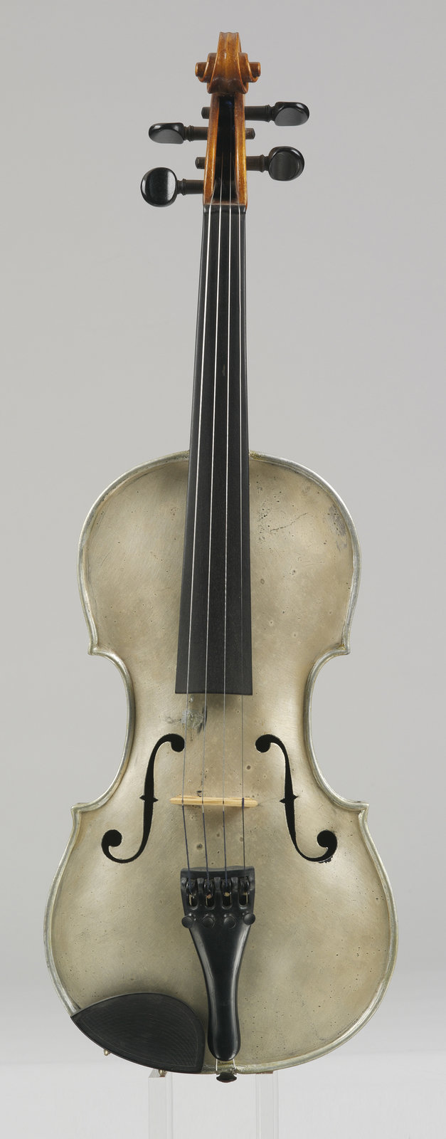 Violin made of aluminum, Heinrich Wachwitz, [The body of this violin consists of sheet Aluminium. The light metal is known from 1808 on only. During the first half of the 19th century, it was more expensive then gold. At the time this violin was constructed, the industrial production of Aluminium was in place, but it was still considered as precious material. From a acoustical point of view, however, it is of no use for violin making.], Germanisches Nationalmuseum, CC BY-NC-SA