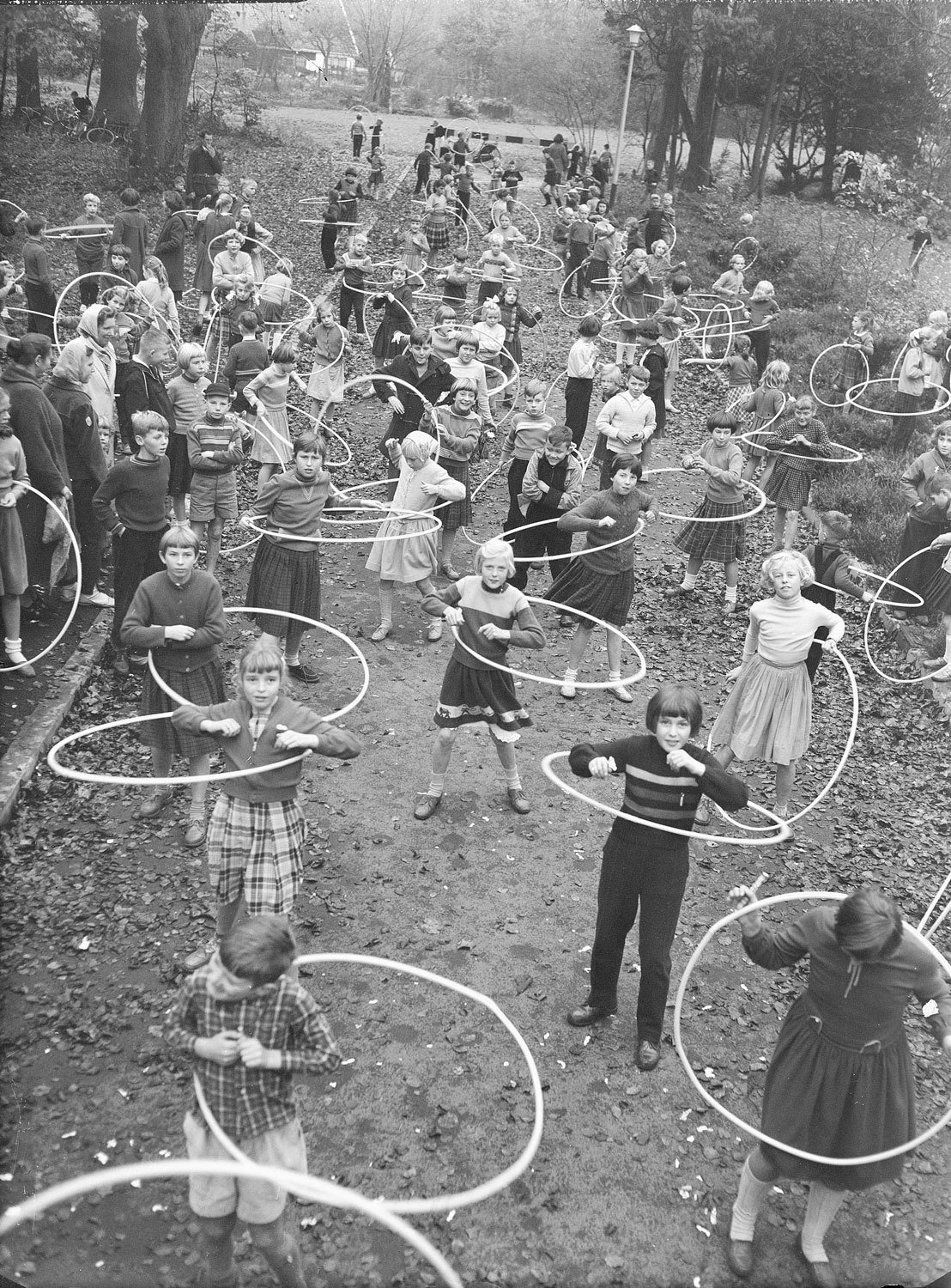 In The Netherlands too, the hula-hoop has become all the rage, 1958, Jacques Stevens, Gooi en Vecht Historisch, CC BY-SA