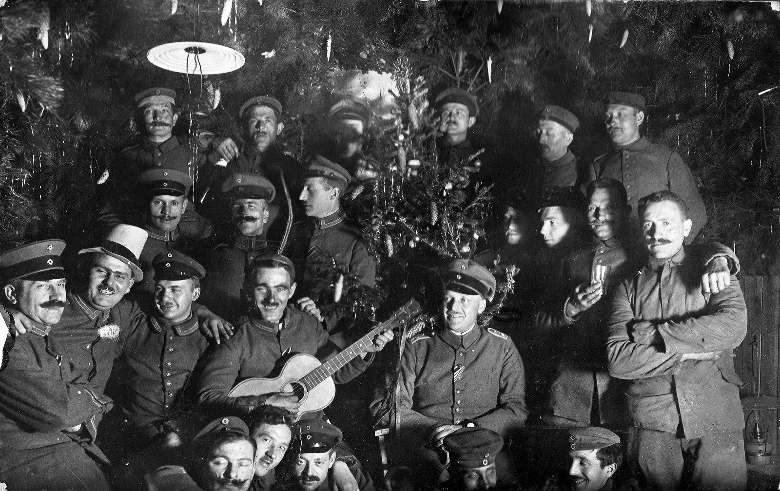 Weihnachtsfeier unter Sodaten, (1917), unbekannter Photograph, Rolf Kranz/Europeana 1914-1918, CC BY-SA