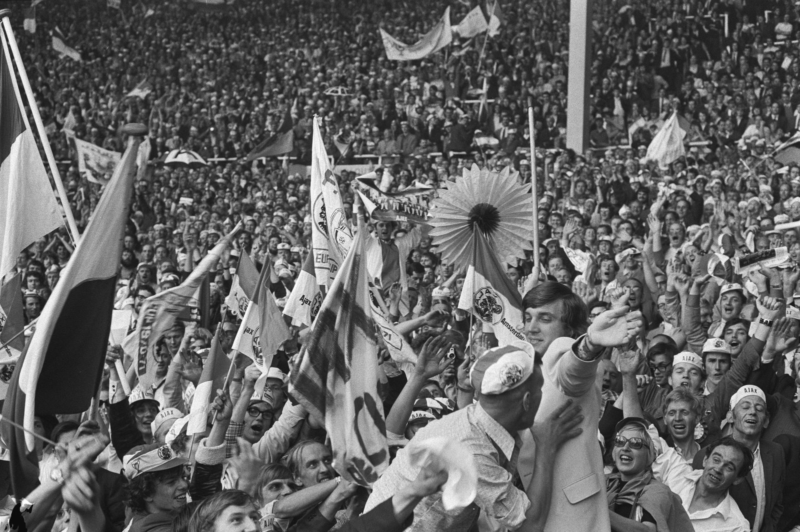 Ajax supporters cheering Ruud Krol (in bright suit), 1971, Bert Verhoeff / Anefo , Nationaal Archief 1971, In Copyright