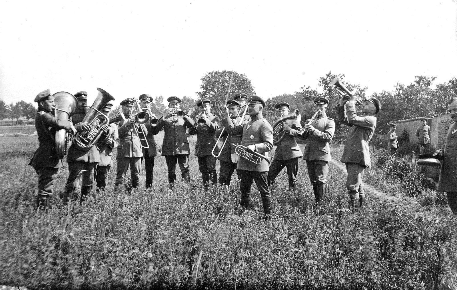 Military band, Lorraine 1915 , photographer unknown, Rolf Kranz / Europeana 1914-1918, CC BY-SA