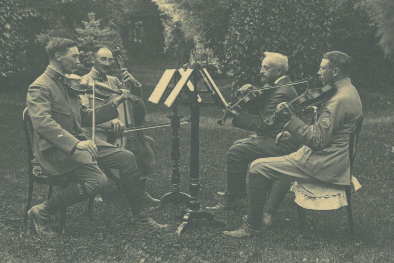 Juin 1916. Détente à l'arrière [June 1916. Relaxation behind the front.] , unknown photographer, Europeana 1914-1918 / Michel Boudet (Colonel), CC BY-SA