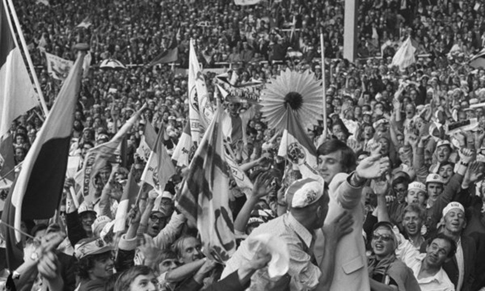 Europa Cup finale Ajax tegen Panathinaikos , Verhoeff, Bert / Anefo 1971 Europa Cup finale Ajax tegen Panathinaikos 2-0, Ajax-supporters juichen Ruud Krol (in licht pak) toe. De Ajax-verdediger moet vanwege een gebroken been de finale aan zich voorbij laten gaan., Nationaal Archief , In Copyright