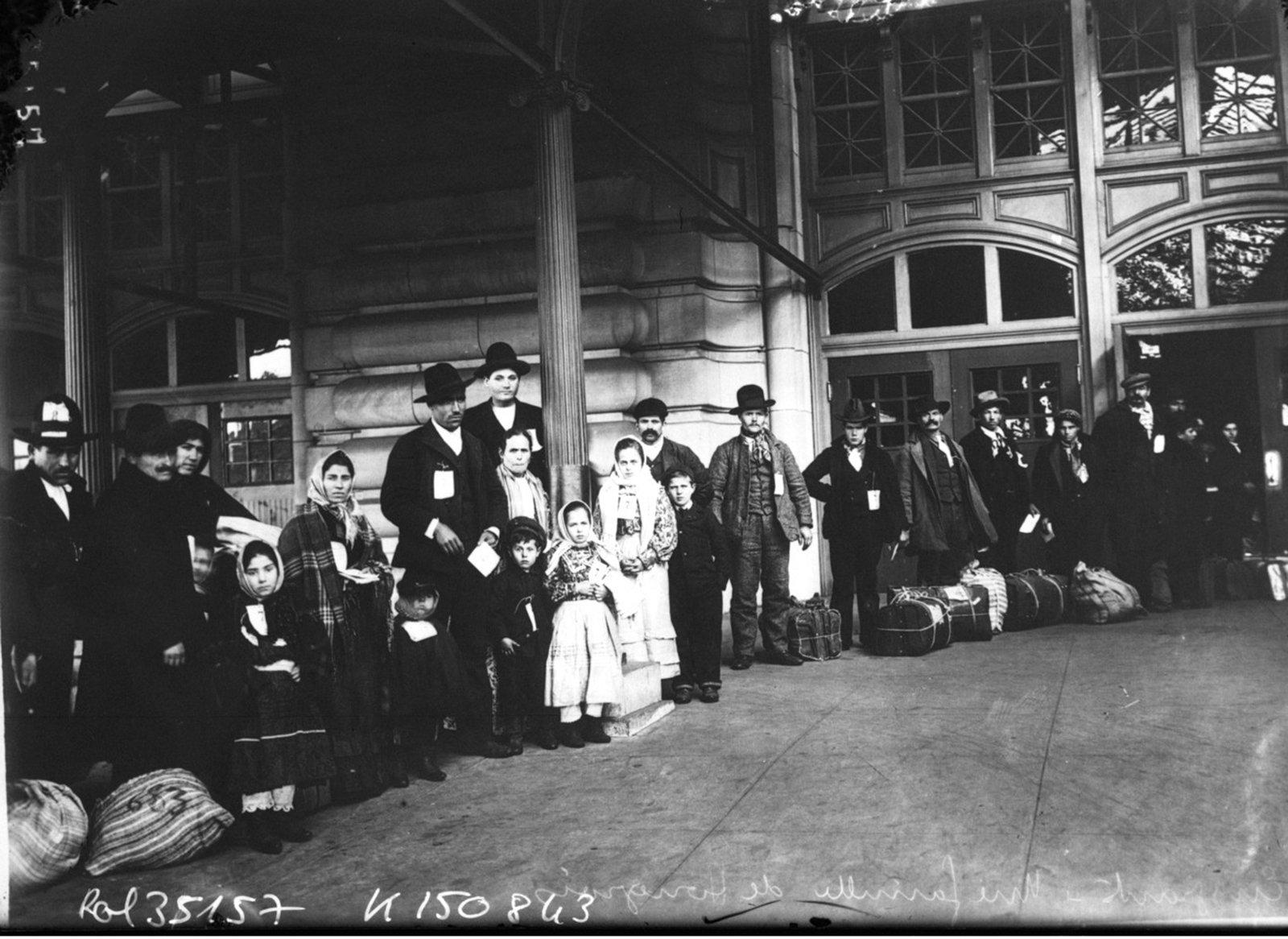 Emigrants [sur Ellis Island], une famille de hongrois. (Emigrants [at Ellis Island], an Hungarian family), Agence Rol. Agence photographique, Référence bibliographique : Rol, 35157 1913, Public Domain Mark