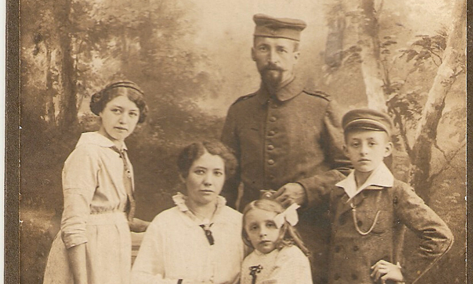 Soldier at home for vacation, Family photo of soldier John Frederick Mack. On the right the contributor's father Willy Mack, Europeana 1914-1918 / Thomas Mack, CC BY-SA