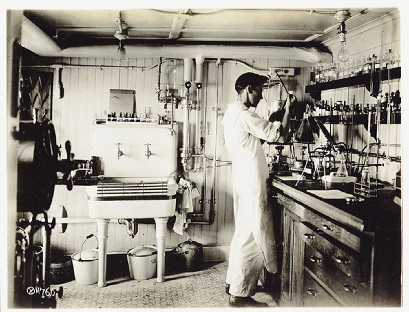 Working in a chemistry lab during the war, Istituto centrale per il catalogo unico , Biblioteca Universitaria Alessandrina, In Copyright