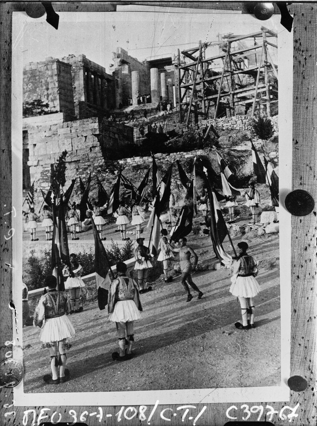 Départ du flambeau olympique d'Athènes, Ancien détenteur  1936, French National Library - Bibliothèque Nationale de France, Public Domain Mark