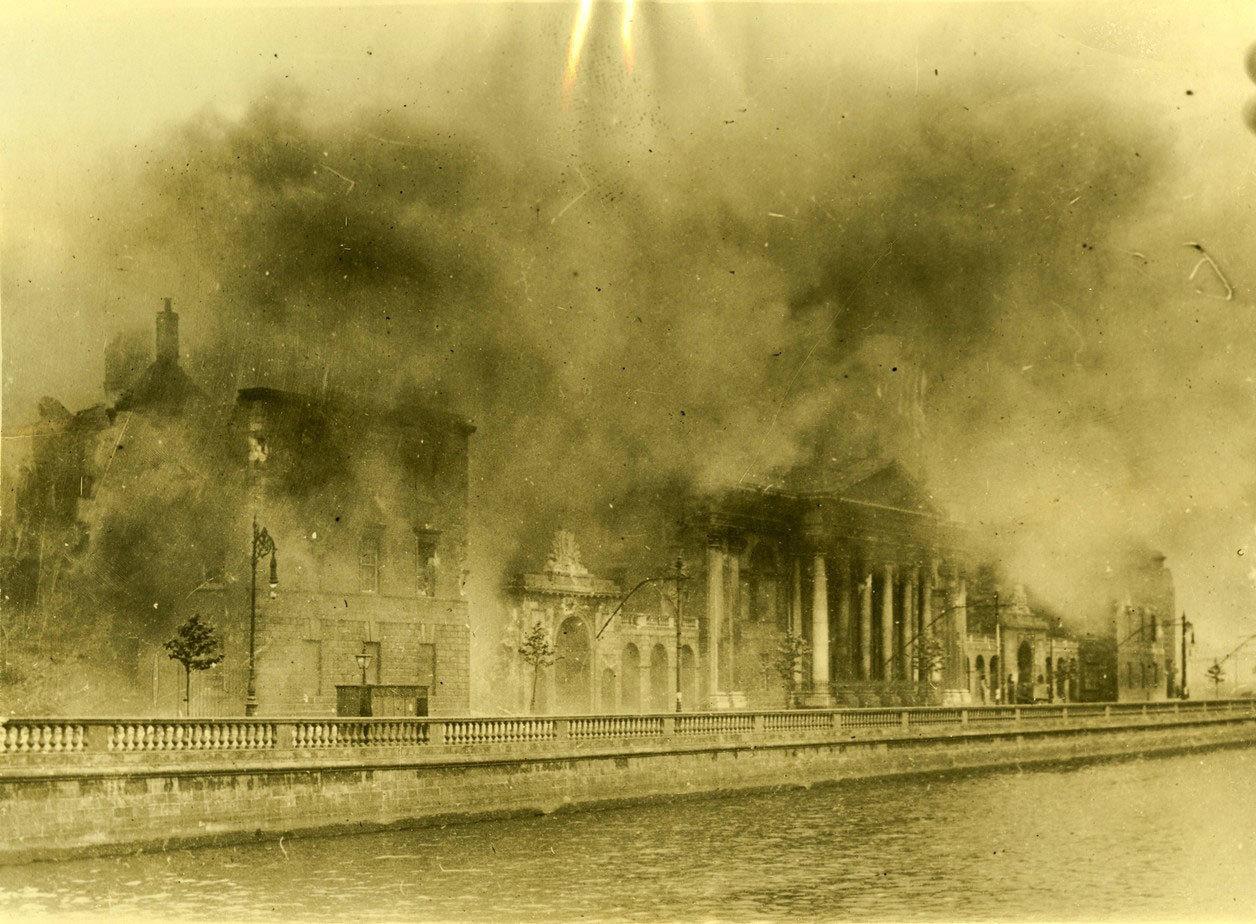 Facciata del Four Courts: vista dal merchants' Quay che mostra i vasti danni, 1922, W.D. Hogan, University College Dublin, CC BY-NC-SA