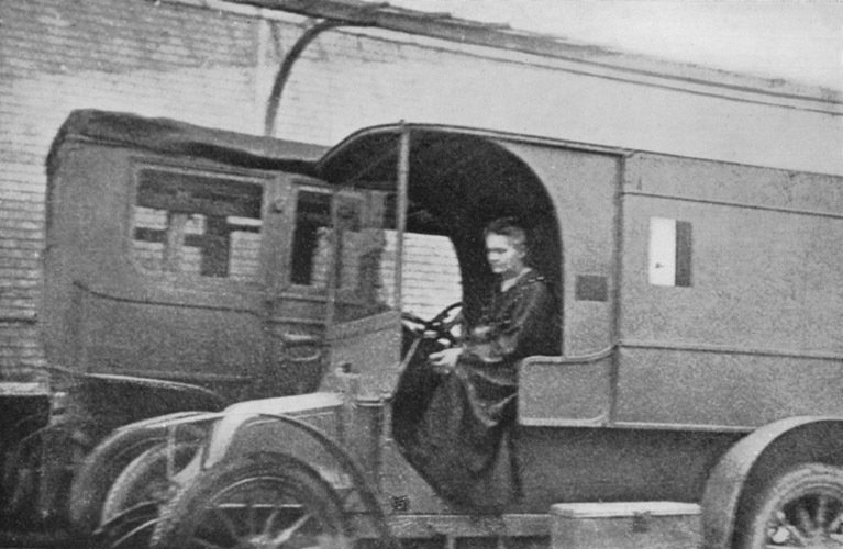 Marie Curie - Mobile Military Hospital X-Ray-Unit, ca. 1915, Unknown photographer, Wikimedia Commons after Eve Curie: Madame Curie. S. 329, Public Domain Mark