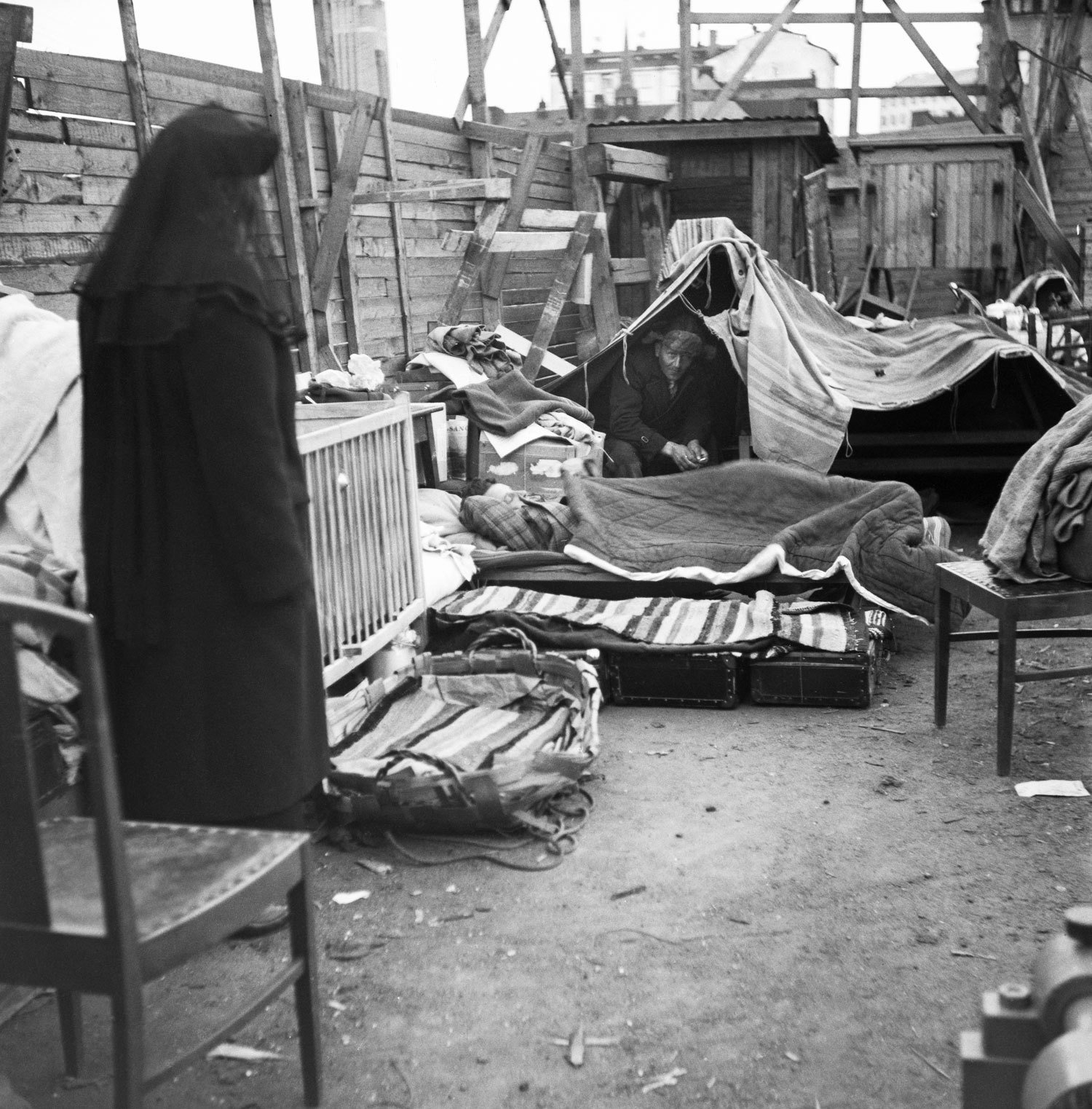 Homeless family at Hakaniemenranta, Helsinki, 1950s, UA Saarinen, Press Photo archive JOKA, Finnish Heritage Agency, CC BY-NC-ND