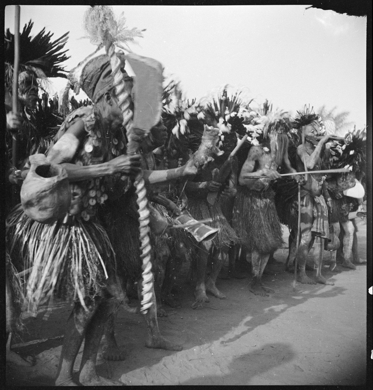 Groupe de danseurs, Ewo (Moyen-Congo), André Didier, CNRS-CREM, CC BY-NC-ND