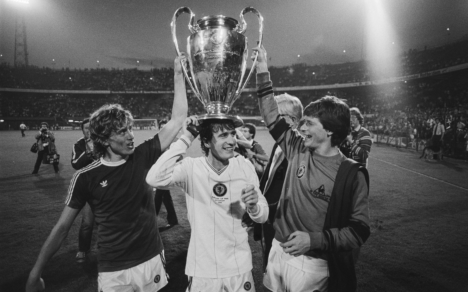 FC Bayern Munich against Aston Villa 0-1 European Cup. Happy Aston Villa players with the Cup, Marcel Antonisse / Anefo , Nationaal Archief, In Copyright