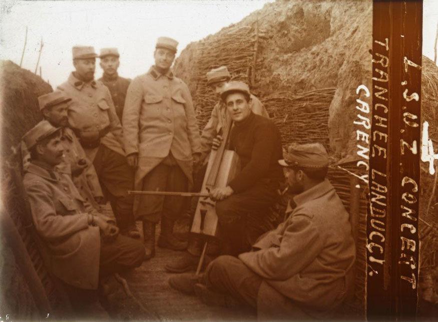 Concert tranchée du Landucci [cut; right image of a stereoscopic glass plate], unknown photographer, Europeana 1914-1918 / Archives municipales de Lorient , CC BY-SA