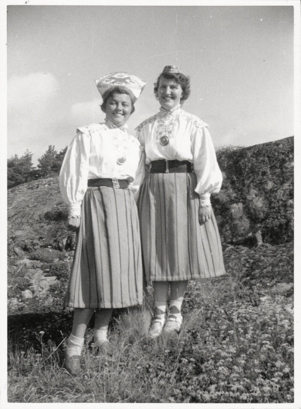 Twin sisters in Estonian national costume, c. 1944, Unknown, Sörmlands Museum, CC BY-SA